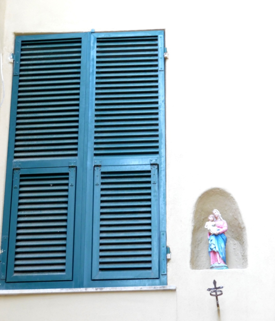 Blaues-Fenster-mit-Madonna-Nadia-Baumgart