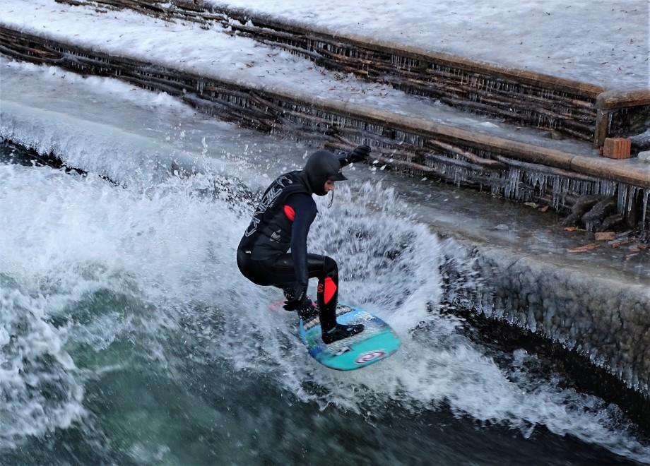 river-surfing-munich-nadia-baumgart