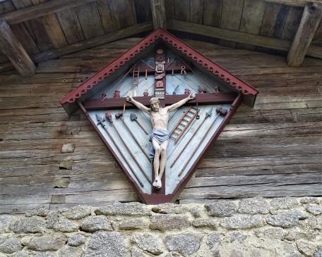 """Arma-Christi-Kreuz, Jesus umgeben von 34 """"Passionswerkzeugen"""""""