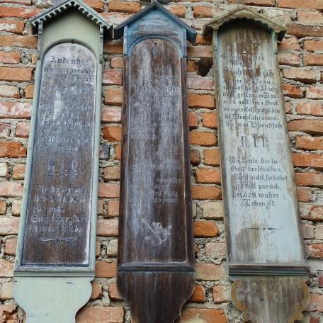 Totenbretter an der Dorfbrauerei Bachl, Andenken an Georg, Theres Bachl und Michel Preiß