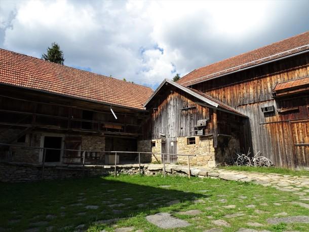 Ein großer Hof im Freilichtmuseum Finsterau
