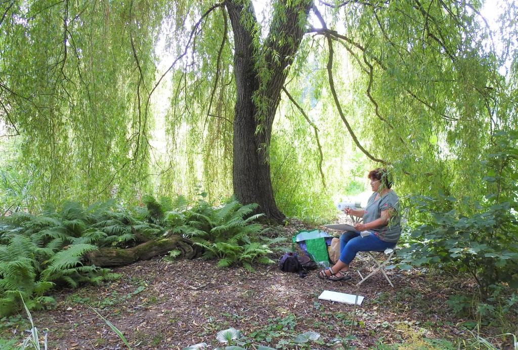 Nadia malt im Naturgarten bei Lisa