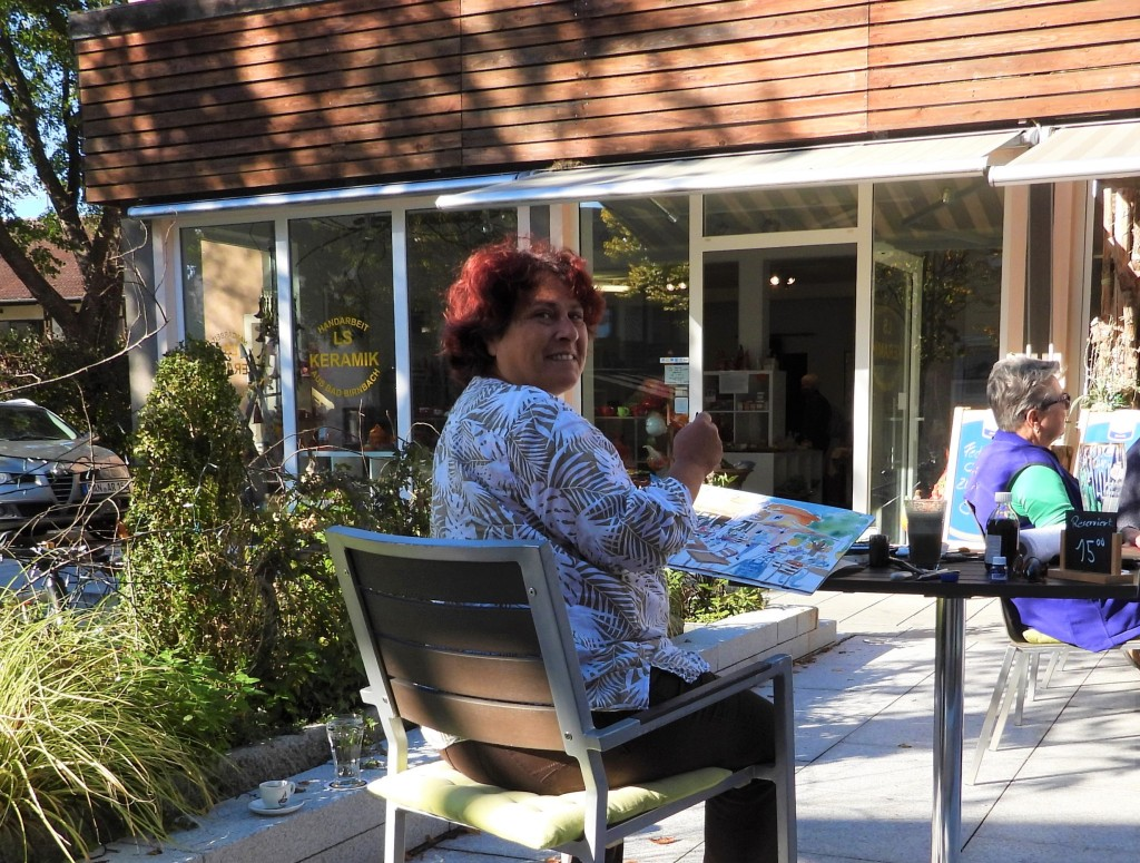 Die Künstlerin Nadia Baumgart im Café in Bad Birnbach