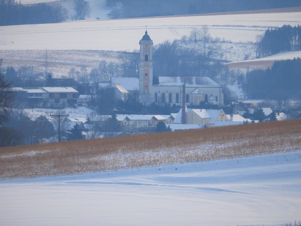 Rottaler Landschaft im Schnee mit Pfarrkirche von Bad Birnbach