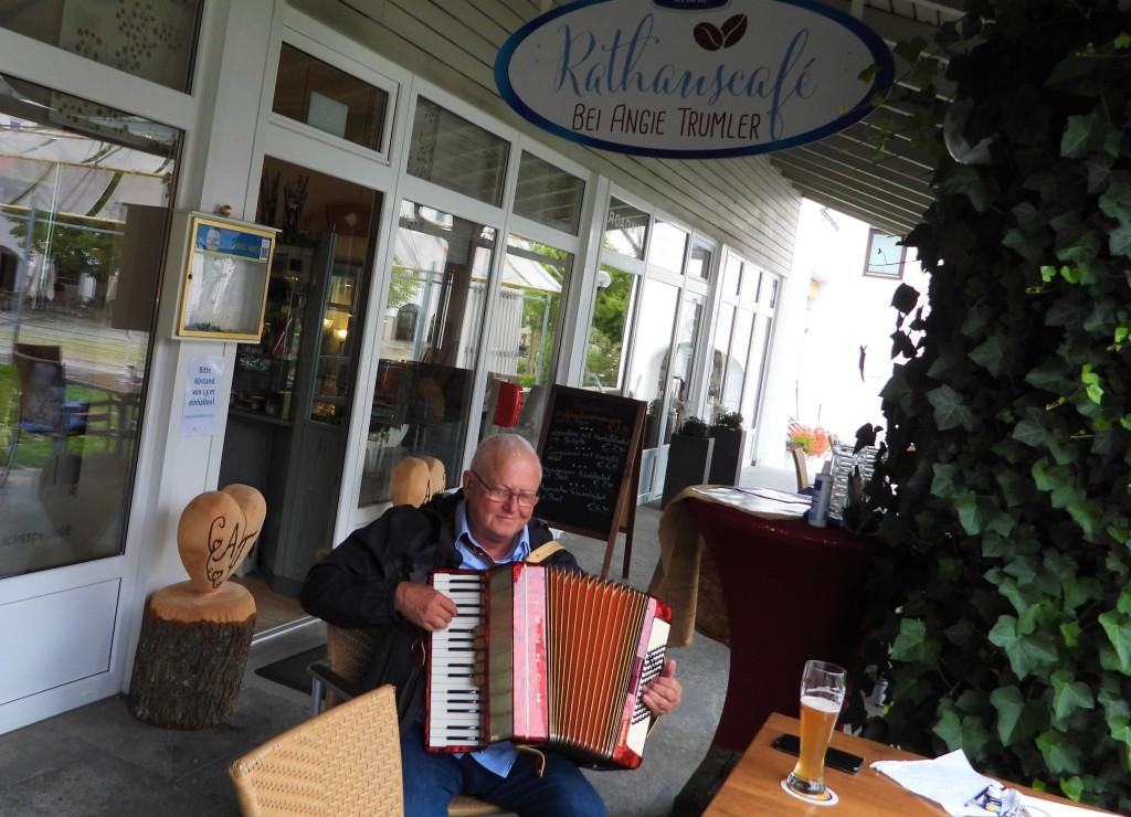 Berndt Baumgart mit seinem Akkordeon spielt mit